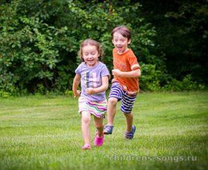 текст песни «Мы маленькие дети, нам хочется гулять»