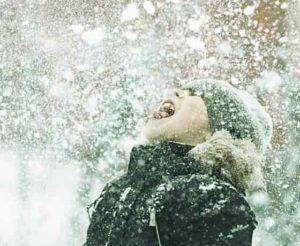 текст песни «Белые снежинки кружатся с утра»